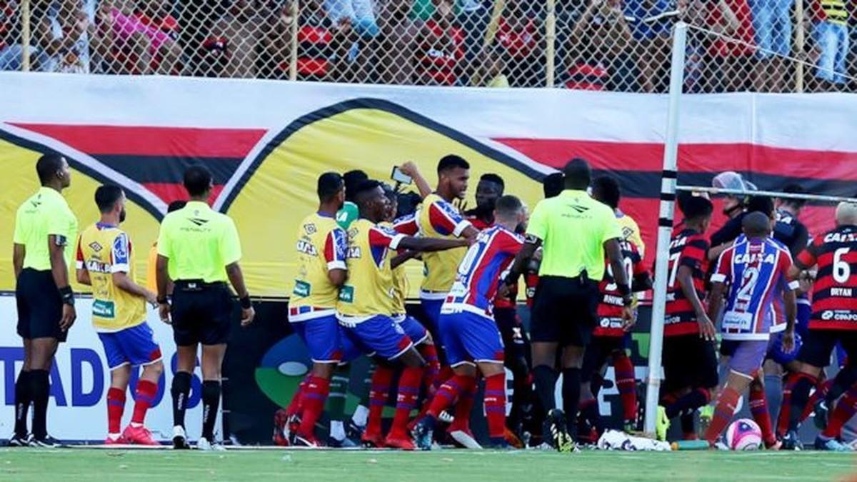Trifulca entre los jugadores del Vitória y del Bahía de Brasil