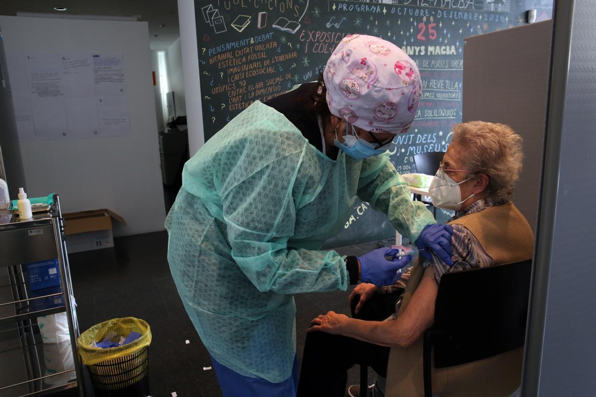 Una mujer recibe la vacuna de la gripe en una sala del Macba, en el Raval, el 15 de octubre.