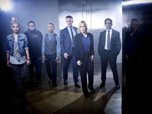 Imagen promocional de los protagonistas de 'CSI: Cyber', con Patricia Arquette en el centro.