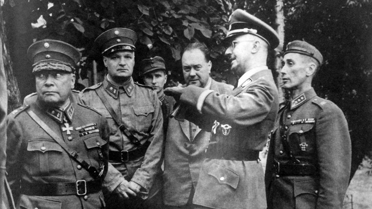 Himmler, con otros líderes nazis y con su médico, Felix Kersten (de civil), en Finlandia, en una imagen de 'Las confesiones de Himmler'.