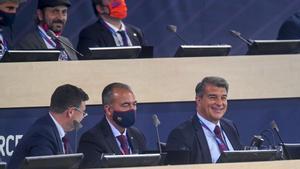 Laporta (derecha) sonríe durante un momento de la asamblea.
