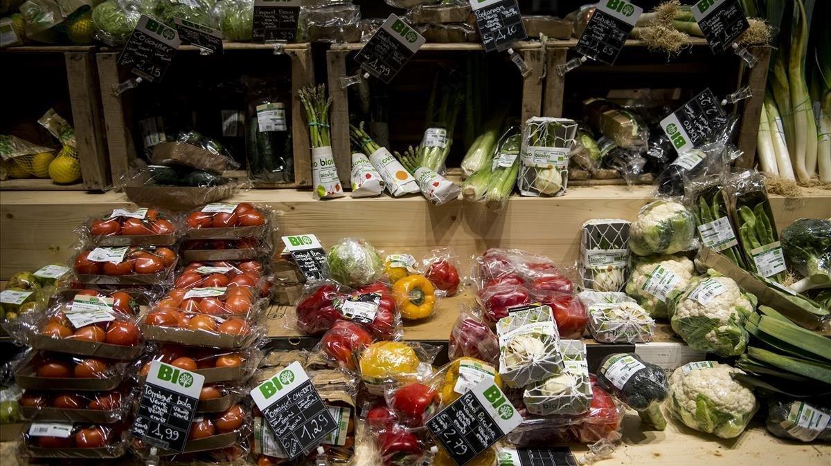 Una gran superficie comercial con sus productos envueltos en plástico.