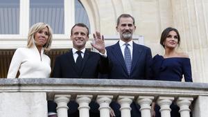 Los reyes Felipe y Letizia, junto al matrimonio Macron, saludan desde el balcón del Grand Palais, este viernes.