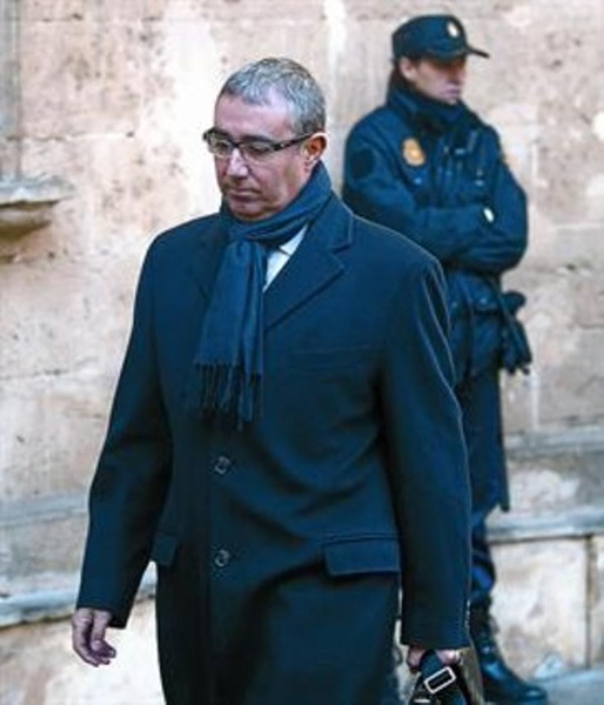 Iñaki Urdangarín y Diego Torres, en dos imágenes, en los juzgados de Palma, los respectivos días en que fueron a declarar ante el juez José Castro.