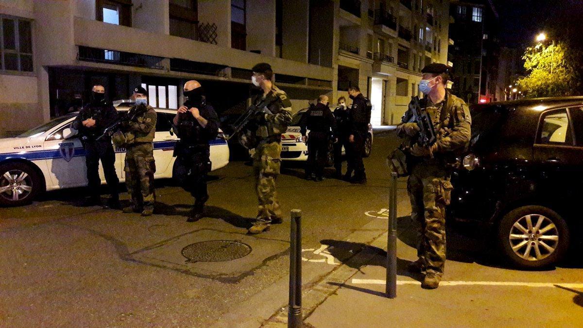 Despliegue policial frente a la iglesia de Lyon donde ha sido tiroteado esta tarde el sacerdote ortodoxo.