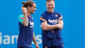 Griezmann y Koeman, en el entrenamiento previo al duelo del Barça con el Celta.