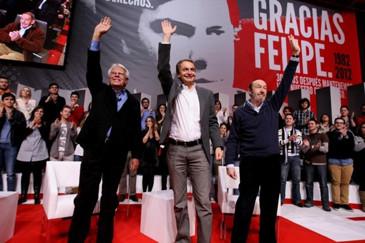 Felipe González, José Luis Rodríguez Zapatero y Alfredo Pérez Rubalcaba, en un homenaje al primero celebrado en Madrid. DAVID CASTRO