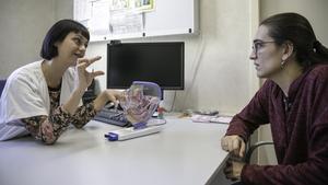 La especialistaGriselda Vázquezatiende a una mujer que prevé iniciar un embarazo, en Barcelona.