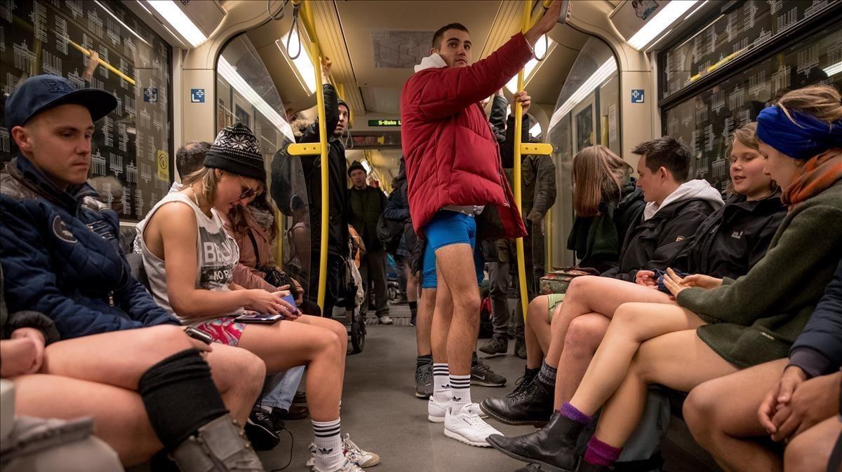 Pasajeros del metro participan en la acción 'No pants subway ride', en Berlín (Alemania).