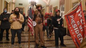Un grupo de partidarios de Trump, en una de las salas del Capitolio, sede de la democracia de EEUU que fue asaltada el 6 de enero pasado.
