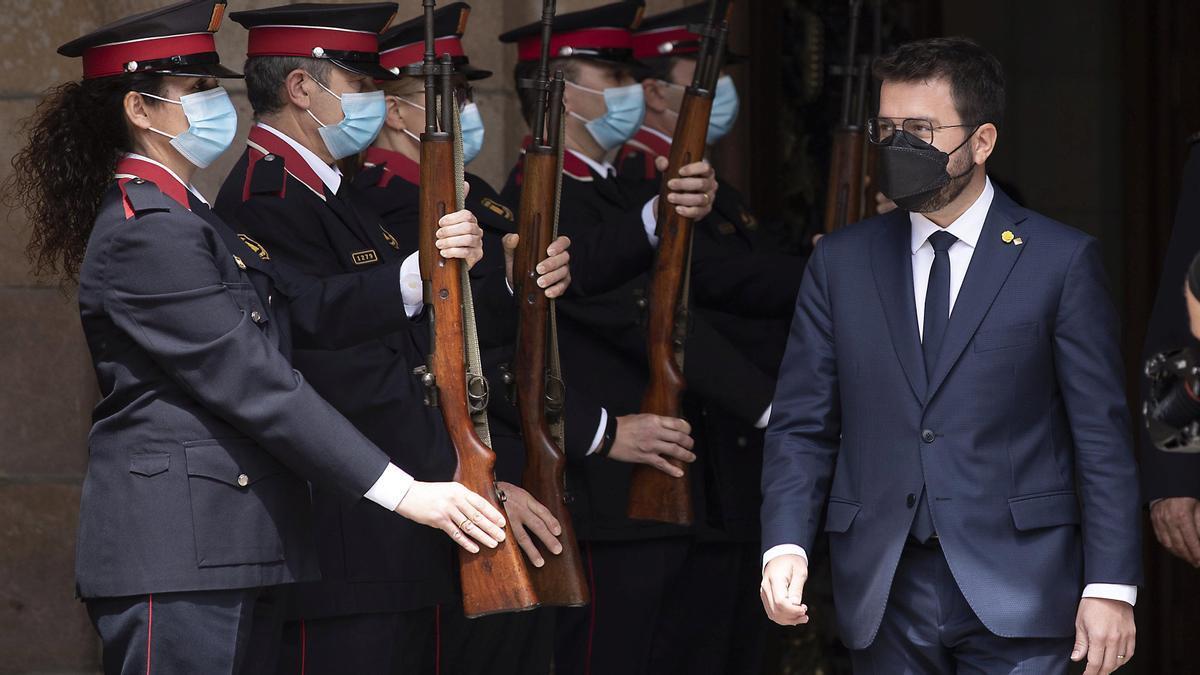 Pere Aragonès, ya investido 'president', recibe el saludo marcial de los Mossos al salir del Parlament.