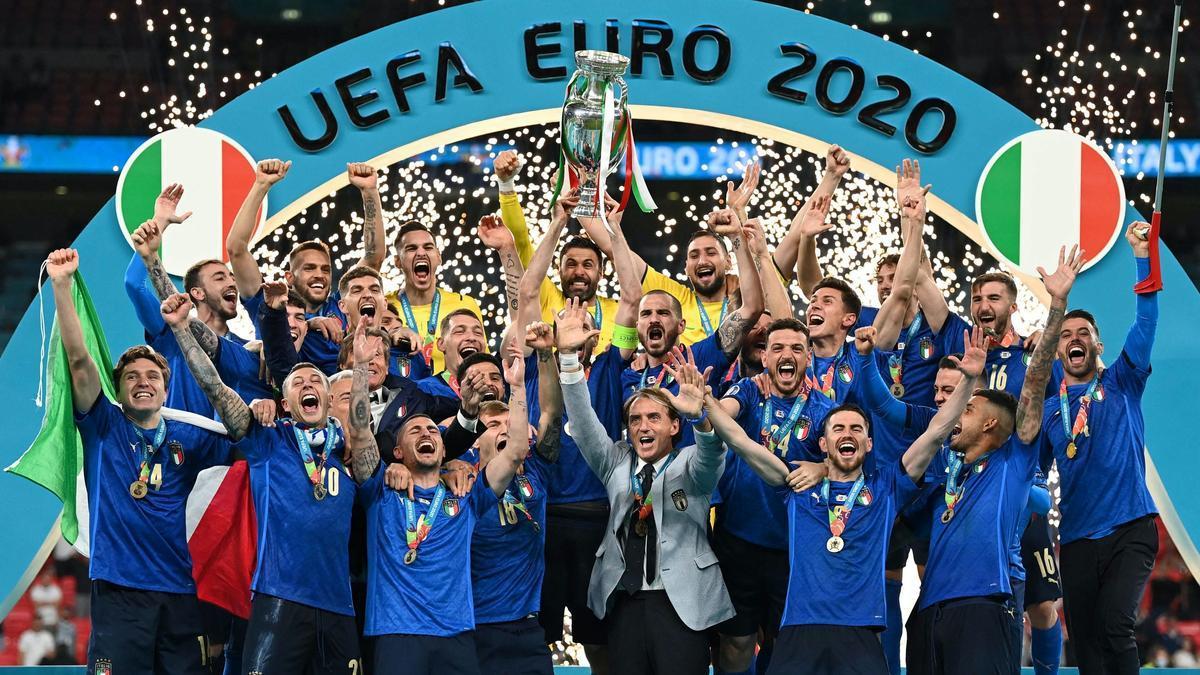 El equipo italiano, tras proclamarse campeón de la Eurocopa.