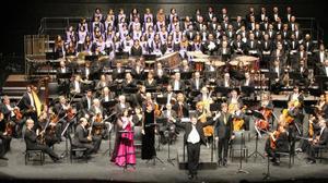 El director y compositor Salvador Brotons con los efectivos que estrenaron'Cantata de Randa' en Manacor (Mallorca) el pasado 21 de enero.