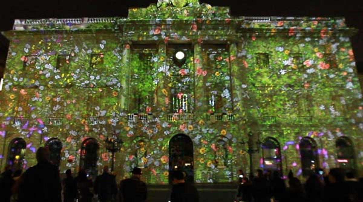 La façana de l'ajuntament, il·luminada per a la 'Festa de la Llum', una prèvia del muntatge per a les festes de Santa Eulàlia.