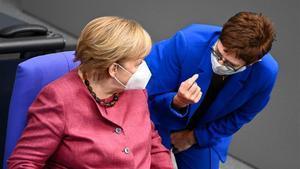 La ministra de Defensa alemana, Annegrel Kramp-Karrenbauer, el pasado mes de octubre con la canciller, Angela Merkel.