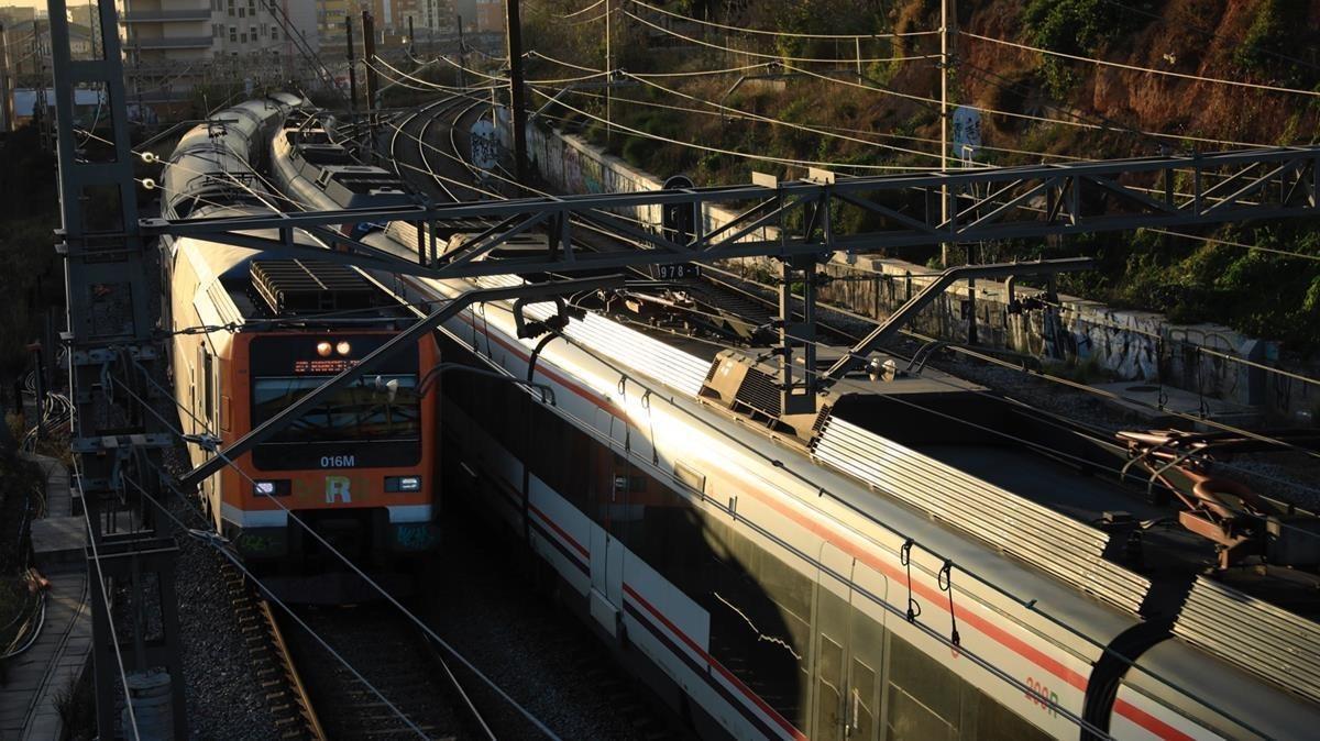Trenes pasando por las vías que serán cubiertas en L'Hospitalet.