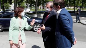 La vicepresidenta primera del Gobierno, Carmen Calvo, saluda al secretario de Estado de Memoria Democrática, Fernando Martínez (2d), y al secretario de Estado de España Global, Manuel Muñiz (d), a su llegada al acto de Estado en recuerdo y homenaje al exilio español,este 8 de mayo en la Casa de América de Madrid.