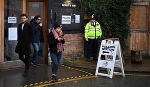Acceso a un colegio electoral en Londres.