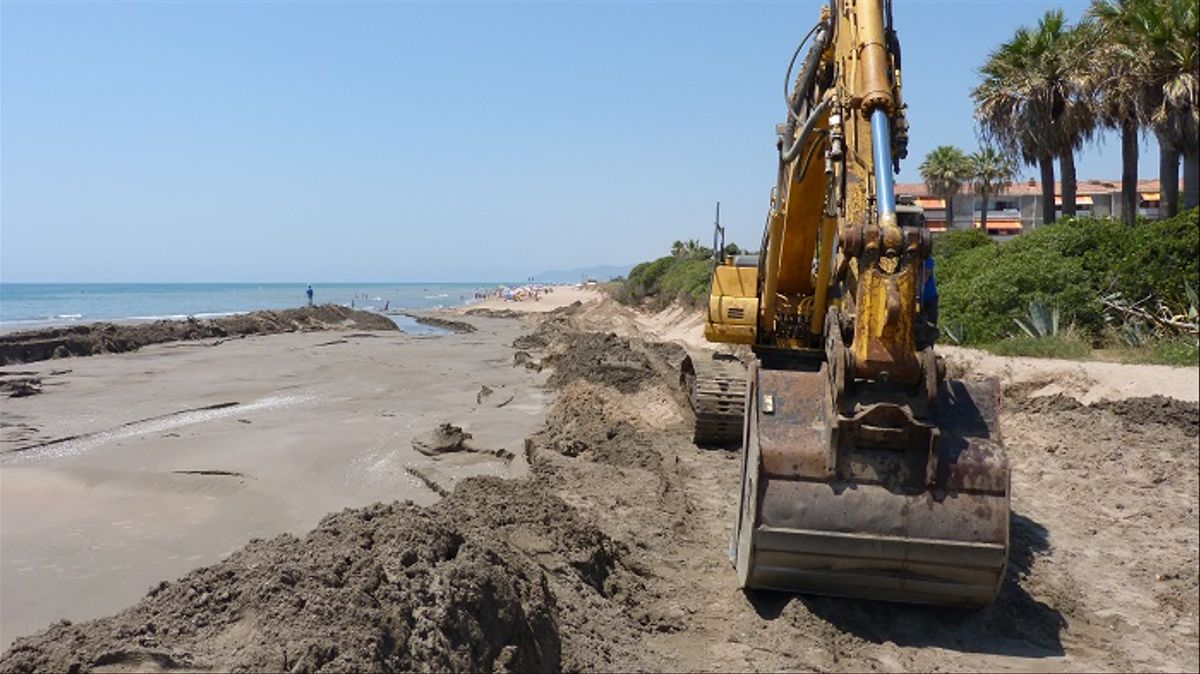 Nueva aportación de arena en la playa de Gavà para paliar la regresión