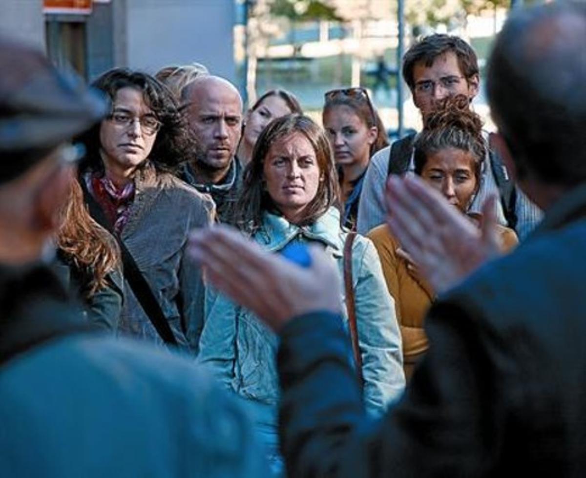 Ágora real 8 Antoni Ramon y Estanislau Roca, de espaldas, imparten la clase callejera en Lesseps, ayer.