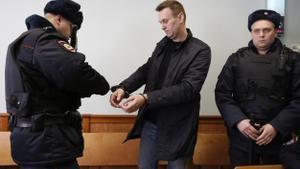 Alekséi Navalni (c), asiste a una audiencia en el Tribunal de Moscú en marzo de 2017