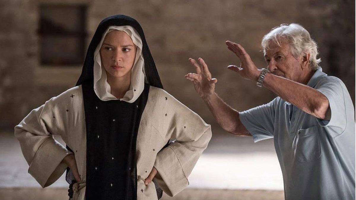 Paul Verhoeven, durante el rodaje de 'Benedetta'.