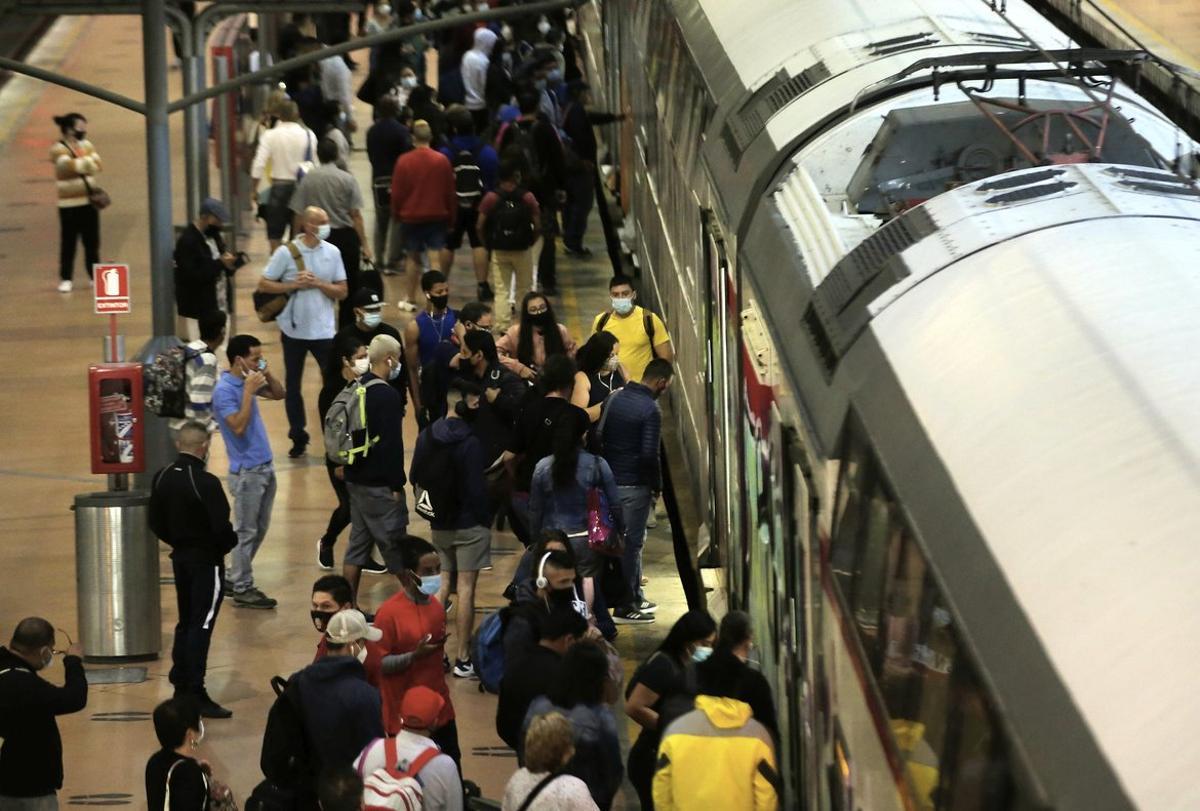 Aglomeración de viajeros en un andén de Cercanías de Renfe en la estación madrileña de Atocha este 31 de agosto.