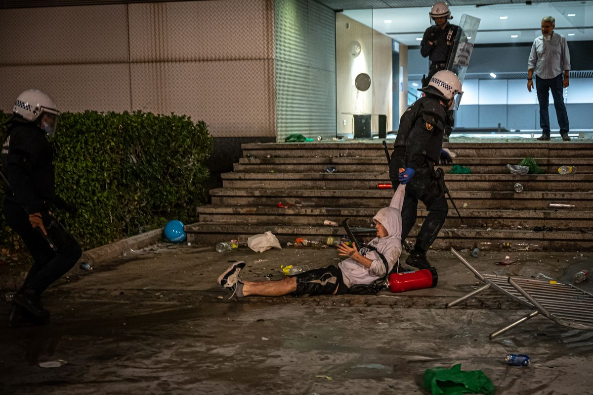 La Guardia Urbana se lleva a un joven durante el botellón en Maria Cristina.