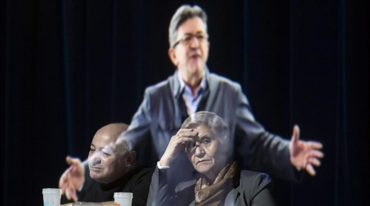 El candidato de Francia Insumisa, Jean-Luc Mélenchon, ofreceun mitin en París a través de la proyección de su holograma.