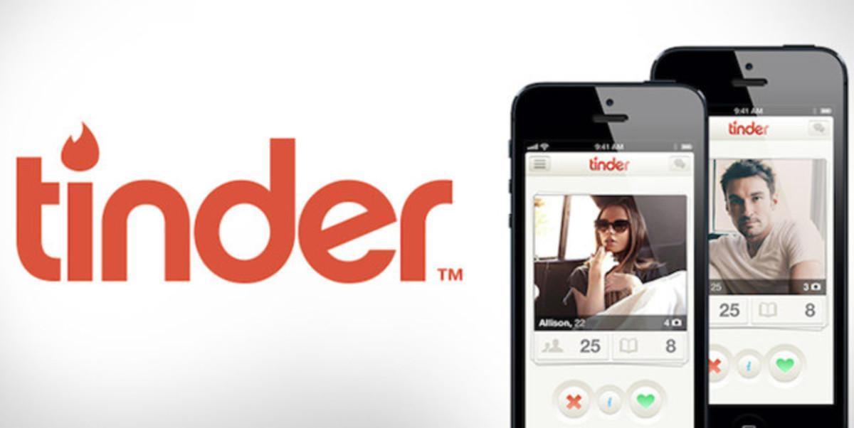 Unos teléfonos con la aplicación para ligar Tinder.
