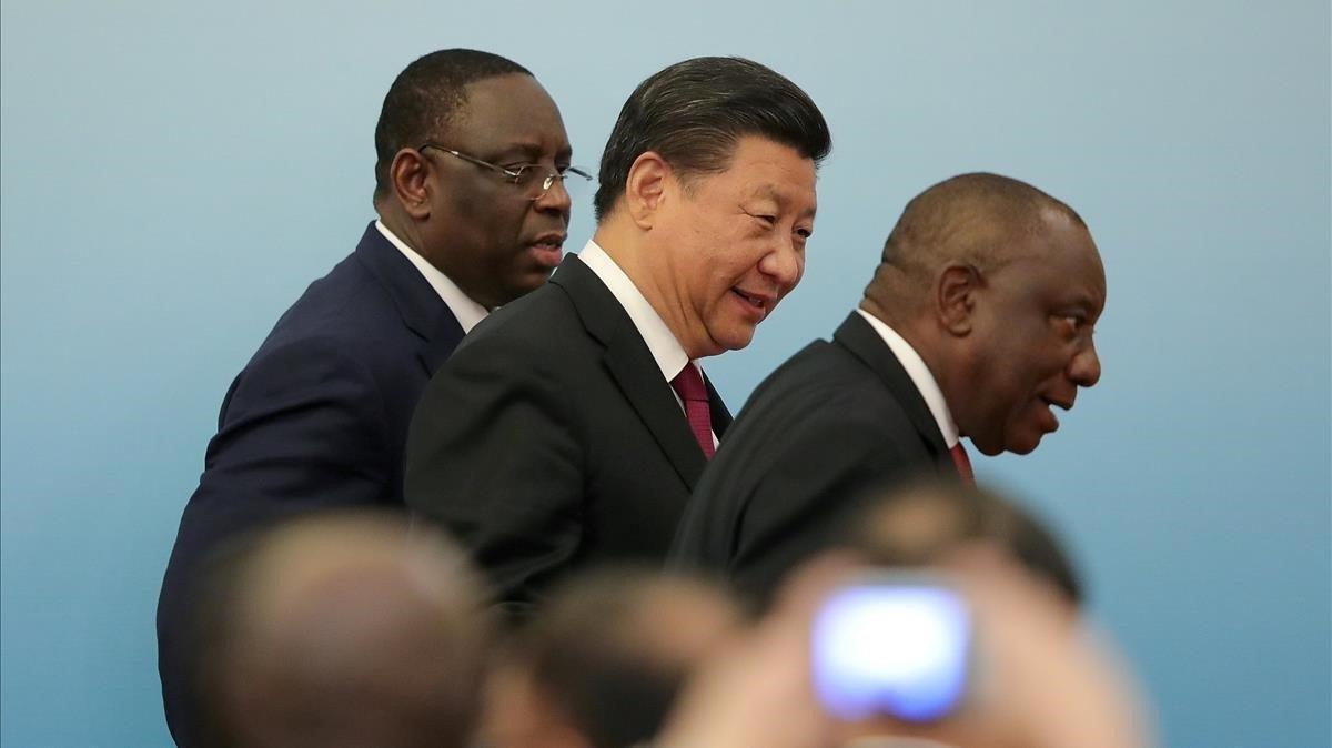 El presidente de China,Xi Jinping, entre los presidente de Sudáfrica,Cyril Ramaphosa, y del Senegal,Macky Sall, durante la cumbre China-África celebrada en Pekín el pasado 4 de septiembre.