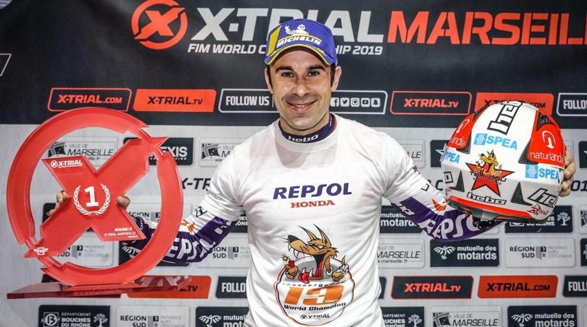 El catalán Toni Bou celebra, en Marsella, la conquista de su título mundial nº 25 de trial.
