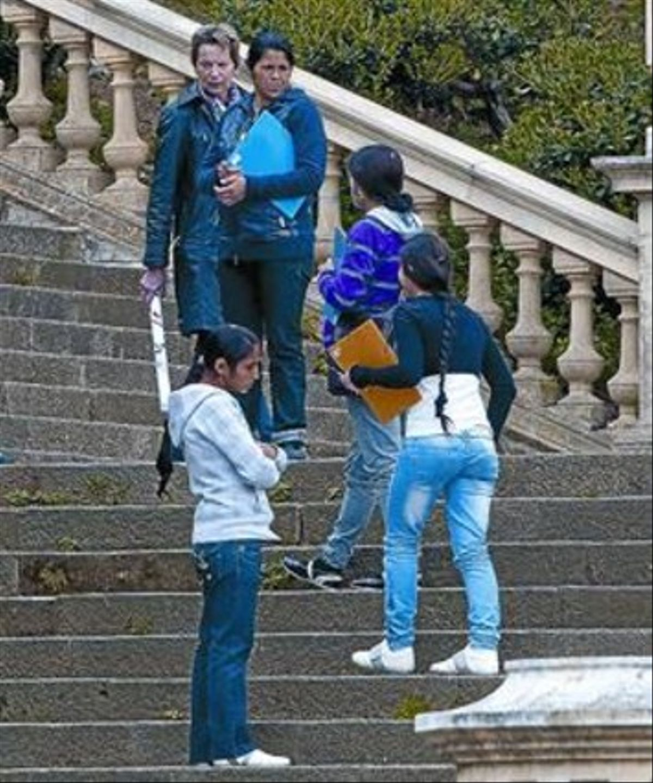 Chicas rumanas se dirigen a dos turistas en Montuïc, el pasado abril.