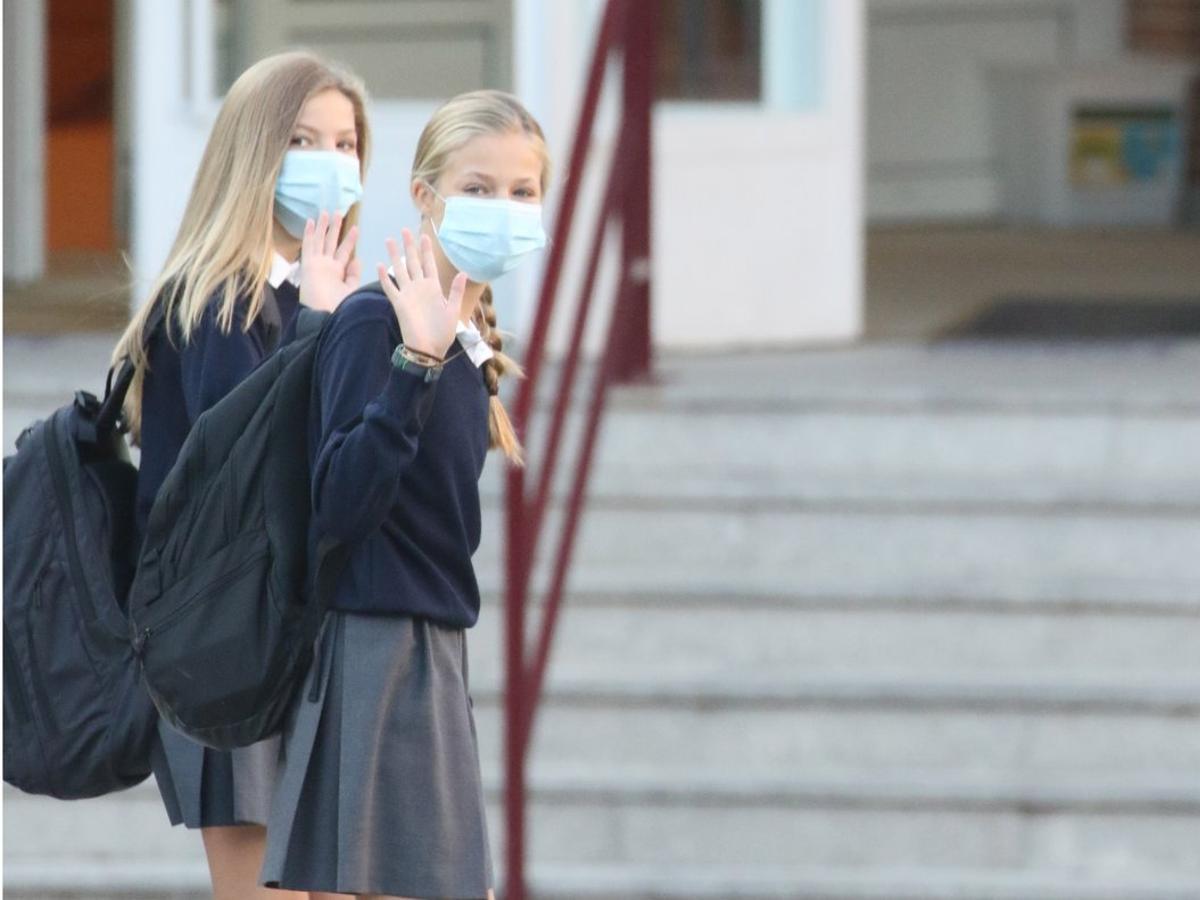 La infanta Sofía ha empezado el curso escolar acompañada de su hermana, la princesa Leonor.