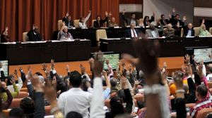 Diputados de la Asamblea Nacional de Cuba ejercen su derecho al voto durante la sesion plenaria celebrada el 22 de diciembre en el Parlamento,en La Habana.