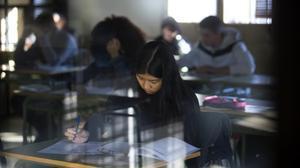 Pruebas de competencias básicas de cuarto de ESO en el instituto Lluís Vives de Barcelona, en febrero pasado.