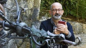 Alex Esteve dispara a un dragón formato fuente en los jardines del Palau de Pedralbes.