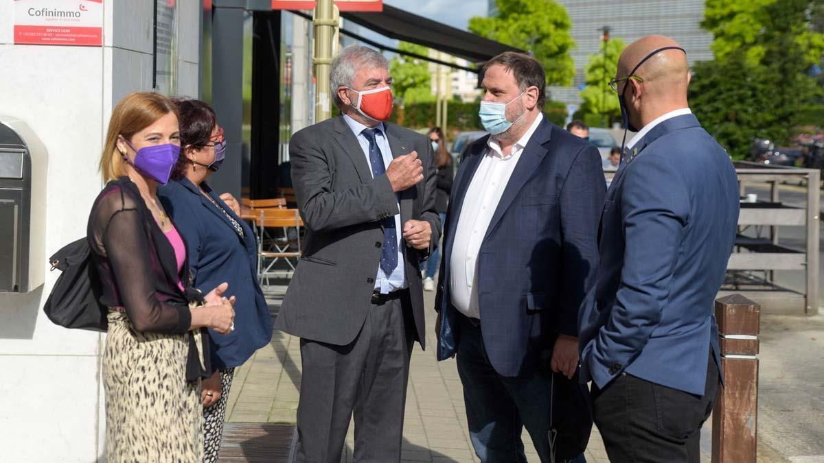Oriol Junqueras, Raül Romeva, Carme Forcadell, Dolors Bassa y Meritxell Serret visitan la delegación del gobierno en Bruselas.