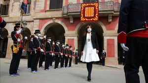 Laura Borràs pasa revista a los Mossos a las puertas del Parlament, tras ser investida presidenta.