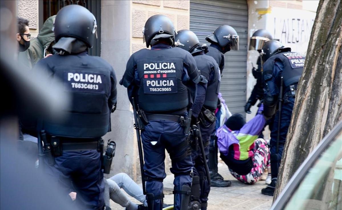 Desalojo en la calle del Trobador, en Barcelona, el pasado diciembre.