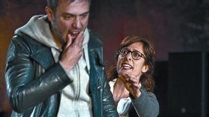 Julio Manrique y Clara Segura, en una escena de 'Incendis'.