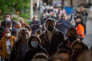 Colas de personas de entre 60 y 65 años esperando para ser vacunadas en Barcelona, este lunes.