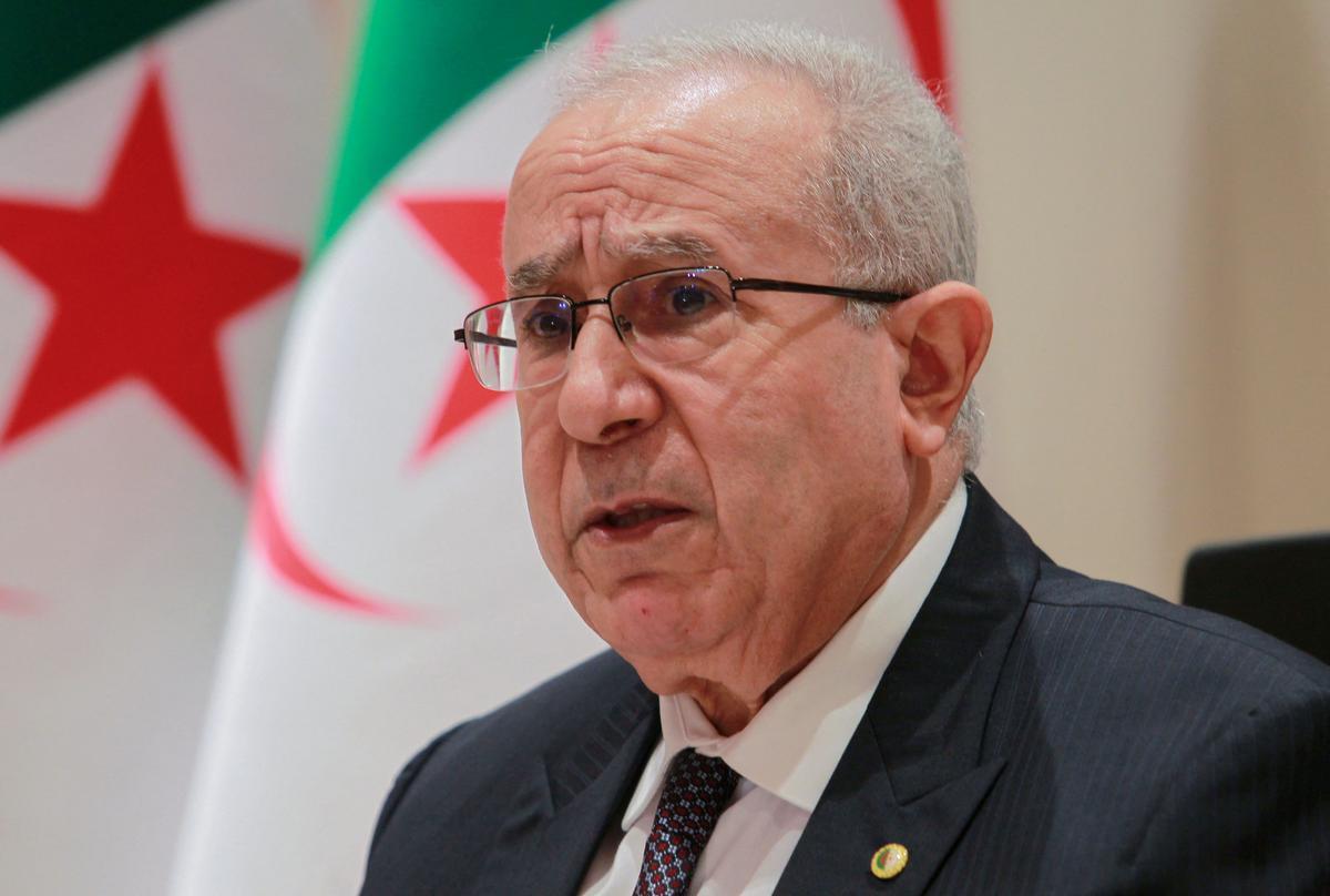 El ministro de Exteriores de Argelia, Ramtane Lamamra, durante una rueda de prensa este martes.