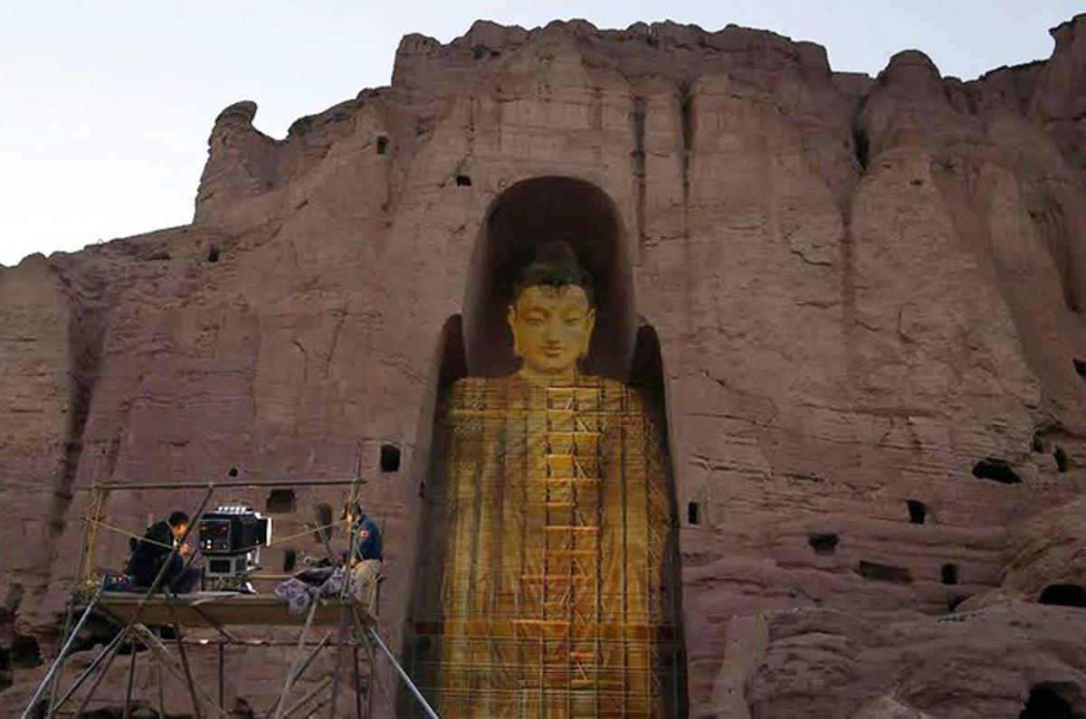 Proyección de la imagen de buda en el hueco que dejó el monumeto original, que destruyeron los talibanes.