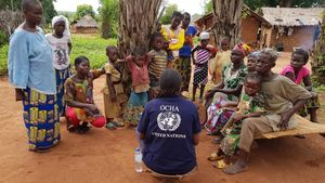 Un trabajadora de laONU habla con afectados por el conflicto en Republica Centroafricana en abril del año pasado.
