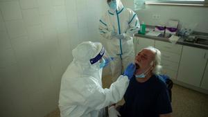 Una prueba PCR en un centro de atención primaria (CAP) de Barcelona el pasado mayo.