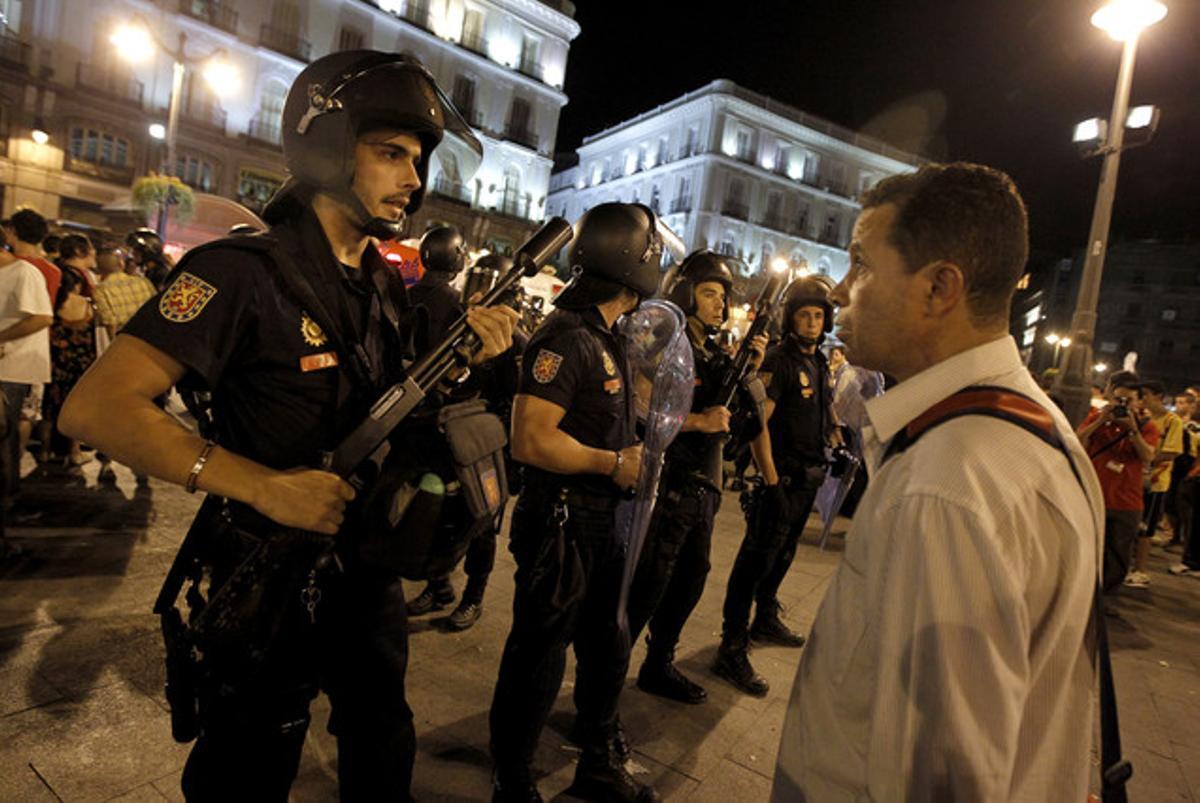 Agentes de policía vigilan la Puerta del Sol, el pasado 19 de agosto, donde se habían concentrado manifestantes contrarios a la visita del Papa.