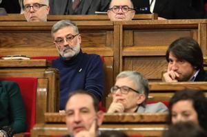 El portavoz 'cupaire' Carles Riera (izquierda) junto a otros diputados.