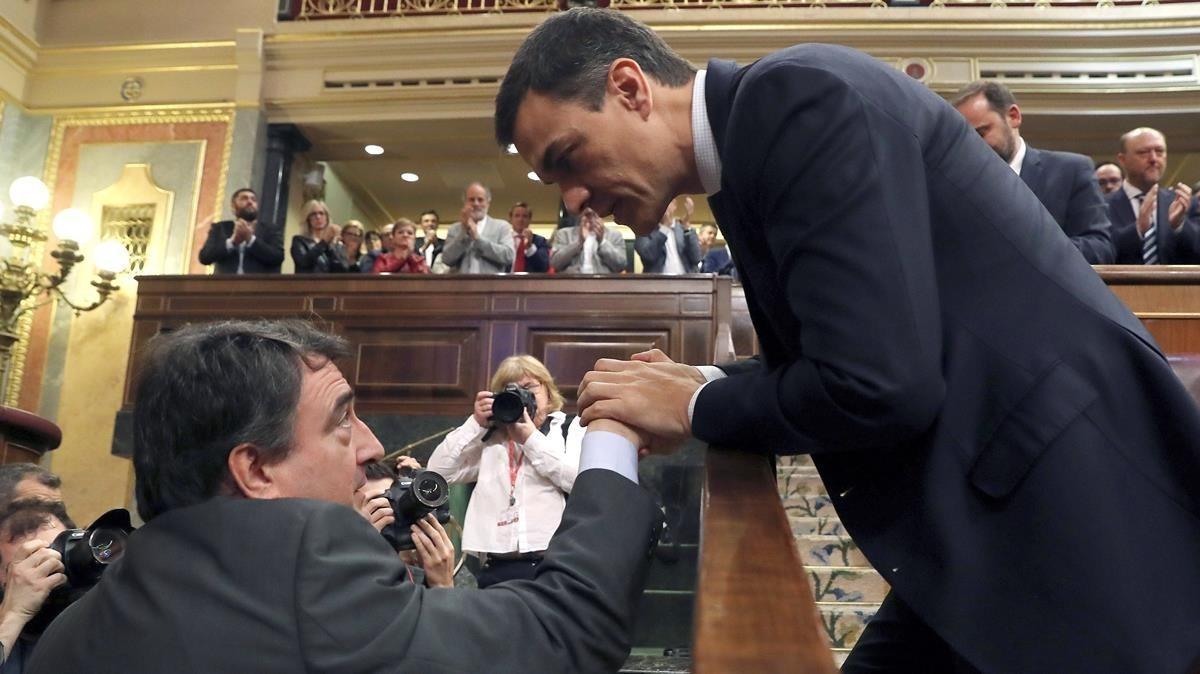 Pedro Sánchez saluda al portavoz del PNV, Aitor Esteban, tras conocerse el resultado de la votación de la moción de censura, el 1 de junio del 2018.
