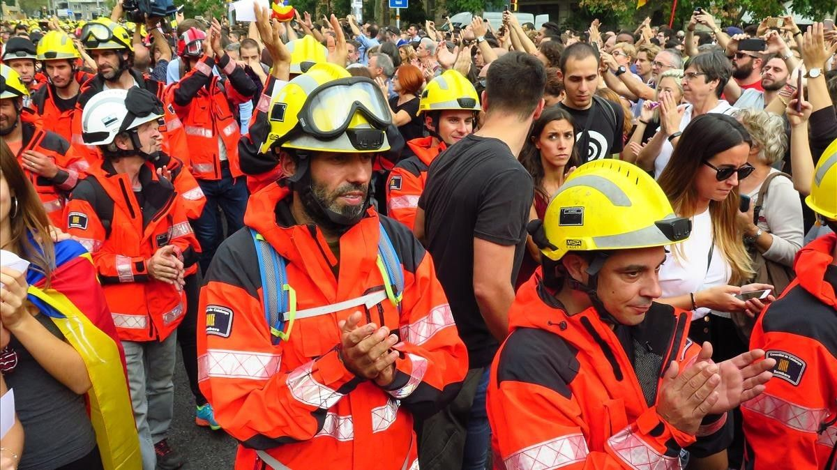 Bomberos de la Generalitat durante el paro general del 3 de octubre.
